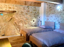 Reposez-vous : 4 chambres de charme avec literie et linge de lit haut de gamme.