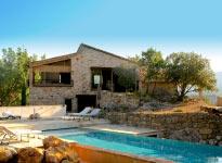 Profitez d'une piscine de rêve en pleine nature, plage immergée, jets de massage, bassin éclairé à  la tombée du jour (dim : 15m x4,5m)