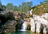 A 2 pas de la Villa Valségure : rivière, cascades et vasques d'eau transparente.
