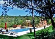 Lovée en pleine nature, villa pour 20 personnes avec piscine, beach-volley, boulodrome et 62 hectares de balades.
