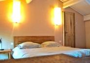 Reposez-vous : chambres de charme avec literie et linge de lit haut de gamme.
