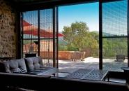 Le salon au mobilier design s'ouvre entièrement sur une immense terrasse en pleine nature.
