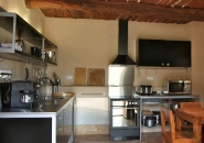 Mélange du design et d'architecture provençale du XIXe siècle pour cette cuisine toute équipée.
