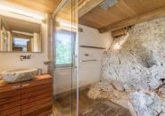 Salle de douche à l'italienne ; falaise naturelle